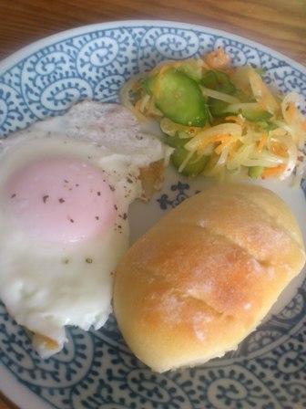 パンと目玉焼き.JPG
